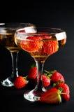 Twee glazen koude champagne met aardbeien Stock Foto