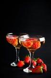 Twee glazen koude champagne met aardbeien stock fotografie