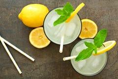Twee glazen limonade met munt, luchtmening op steen Royalty-vrije Stock Fotografie