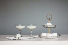 Twee glazen melk met een katoenen bloem Royalty-vrije Stock Afbeelding