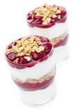 Twee glazen met gelaagd die dessert van yoghurt, granola, kers wordt gemaakt royalty-vrije stock foto's