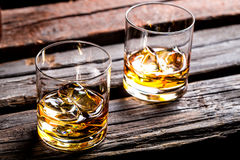 Twee glazen met ijs en whisky Royalty-vrije Stock Foto
