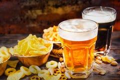 Twee glazen met licht en donker bier met groot hoofd van schuimnea Royalty-vrije Stock Afbeeldingen