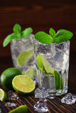 Twee glazen met niet-alkoholische die mojitococktail met lim wordt gediend Stock Afbeeldingen