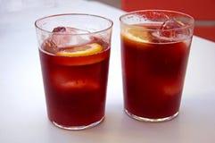 Twee glazen met wijnstokcocktail, citroen en ijs, de zomer royalty-vrije stock afbeeldingen