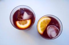 Twee glazen met wijnstokcocktail, citroen, ijs, hoogste mening royalty-vrije stock afbeeldingen
