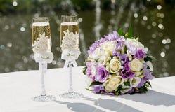 Twee glazen mousserende wijn en boeket van de bruid Royalty-vrije Stock Afbeeldingen