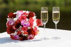 Twee glazen mousserende wijn en boeket van de bruid Royalty-vrije Stock Foto