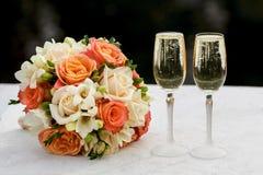 Twee glazen mousserende wijn en boeket van de bruid Stock Afbeelding