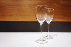 Twee glazen op de lijst Bos van druiven op een roze tafelkleed Stock Fotografie