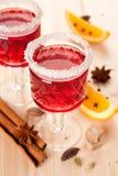 Twee glazen overwogen wijn en kruiden Stock Fotografie
