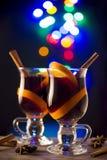 Twee glazen overwogen wijn op bokehachtergrond Royalty-vrije Stock Foto
