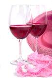 Twee glazen rode wijn dichtbij roze damesslipjes Royalty-vrije Stock Fotografie