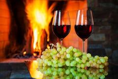 Twee glazen rode wijn op de achtergrond van brand Stock Foto