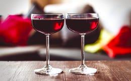 Twee glazen rode wijn op een lijst Stock Afbeelding