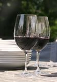 Twee glazen rode wijn voor buitenkant het dineren Stock Afbeeldingen