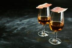 Twee glazen Spaanse sherry met tapas stock afbeeldingen