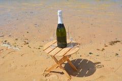 Twee Glazen van Champagne And Bottle In Paradise-Eiland Stock Afbeeldingen