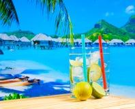 Twee glazen van cocktail met kalkplak op onduidelijk beeldstrand Royalty-vrije Stock Foto