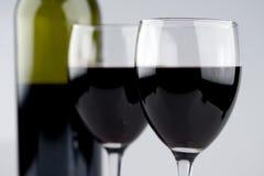 Twee Glazen van de Fles van de Rode Wijn Royalty-vrije Stock Foto