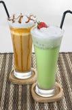 Twee Glazen van Mocca en Groene Thee Smoothies Royalty-vrije Stock Foto's