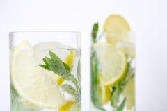 Twee glazen van mojitococktail Royalty-vrije Stock Foto's