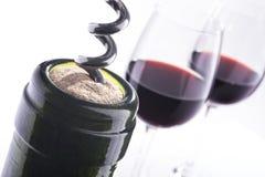 Twee glazen van rode wijn en fles met schroevedraaier Royalty-vrije Stock Afbeeldingen