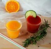 Twee glazen van verse smoothie met sinaasappel en tomaat Royalty-vrije Stock Foto