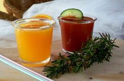 Twee glazen van verse smoothie met tomaat en sinaasappel Stock Afbeeldingen
