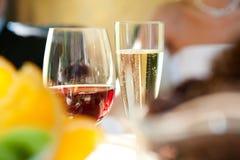 Twee glazen van wijnstok stock foto's