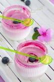 Twee glazen van yoghurtdessert op wit dienblad Stock Foto