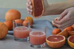 Twee glazen verse grapefruit juice op grijze achtergrond royalty-vrije stock foto's