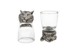 Twee glazen voor wodka met leeuwinnen Stock Fotografie