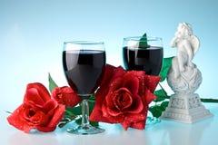 Twee glazen wijn, namen en cupid toe. stock afbeeldingen