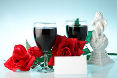 Twee glazen wijn, namen en cupid toe. stock fotografie