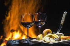Twee glazen wijn op de achtergrond van brand Stock Fotografie