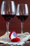 Twee glazen wijn op een houten lijst Rode doos met overeenkomst r Stock Foto