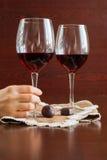 Twee glazen wijn op een houten lijst Suikergoed Handen Royalty-vrije Stock Fotografie