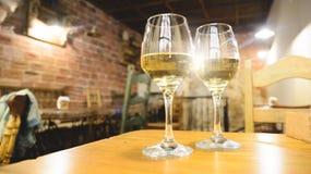 Twee glazen witte wijn Stock Afbeeldingen