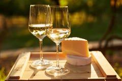Twee glazen witte wijn met kaas Royalty-vrije Stock Afbeelding