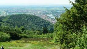 Twee glijschermenbegin van Koenigstuhl dichtbij Heidelberg in Duitsland, illustratief hoofdartikel stock video