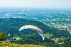 Twee glijschermenvlieg over de heuvels op een zonnige dag Royalty-vrije Stock Foto's