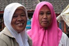 Twee glimlachende Balinese vrouwen onder de sjaal Royalty-vrije Stock Afbeeldingen
