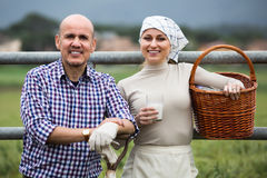 Twee glimlachende bedrijfsmedewerkers die een pauze nemen royalty-vrije stock afbeelding