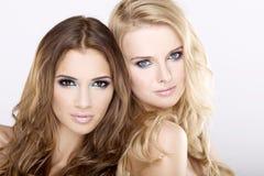 Twee glimlachende blond en donkerbruine meisjesvrienden - Royalty-vrije Stock Foto's