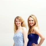 Twee glimlachende blonde vrouwen Stock Fotografie