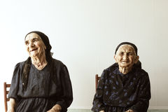 Twee glimlachende hogere vrouwen Royalty-vrije Stock Afbeeldingen