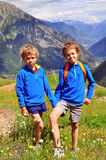 Twee glimlachende jongens in bergen Royalty-vrije Stock Afbeeldingen