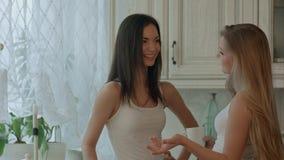Twee glimlachende meisjes hebben koffietijd Stock Foto