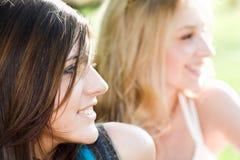 Twee glimlachende mooie meisjes royalty-vrije stock afbeeldingen